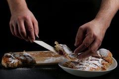 strudel sur le fond foncé boulanger faisant cuire le concept photo libre de droits