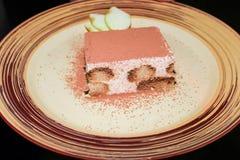 Strudel z jabłkami i lody na bielu talerzu w nocy kawiarni obraz stock
