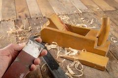 Strug в старой мастерской плотничества Точить и консервация старого инструмента плотничества стоковая фотография rf