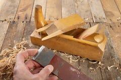 Strug в старой мастерской плотничества Точить и консервация старого инструмента плотничества стоковая фотография