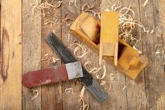 Strug в старой мастерской плотничества Точить и консервация старого инструмента плотничества стоковое изображение