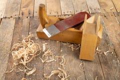 Strug в старой мастерской плотничества Точить и консервация старого инструмента плотничества стоковые фото