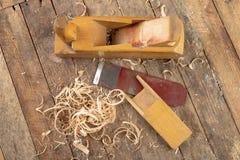 Strug in een oude timmerwerkworkshop Het scherpen en behoud van het oude timmerwerkhulpmiddel stock foto