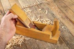 Strug in een oude timmerwerkworkshop Het scherpen en behoud van het oude timmerwerkhulpmiddel royalty-vrije stock foto