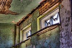 Strugać farbę na ścianach budynek zdjęcie royalty free