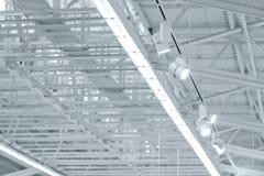 Struktur av det industriella taket för metall med takfönster och utställning royaltyfri bild