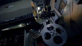 Struktur av en gammal mekanisk filmprojektor arkivfilmer