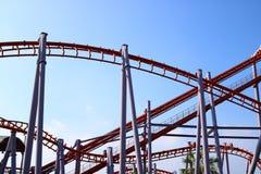Struktur der Achterbahn mit blauem Himmel Lizenzfreie Stockfotos