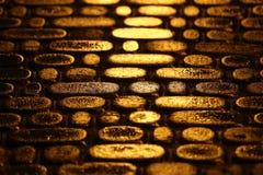Struktur der Befestigung in der Nacht die Reflexion des Li Stockfotografie
