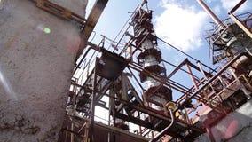 Struktur der Chemiefabrik Schließen Sie herauf industrielle Ansicht an der Erdölraffineriebetriebsformindustriezone mit Sonnenauf stock footage