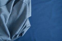 Struktur des Baumwollgewebees auf einem blauen Gewebehintergrund Lizenzfreie Stockbilder