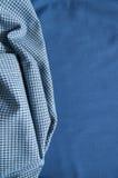 Struktur des Baumwollgewebees auf einem blauen Gewebehintergrund Lizenzfreie Stockfotos