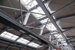 Struktur des Dachs hergestellt vom Stahl und vom Glas stockfotos