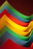 Struktur des farbigen Papiers des Auszuges auf rotem Hintergrund Stockfoto