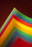 Struktur des farbigen Papiers des Auszuges auf rotem Hintergrund Stockfotos