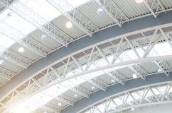 Struktur för metalltakinre av modern byggnad arkivfoton