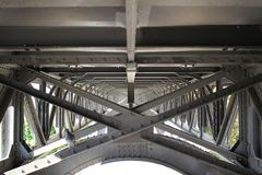 Struktur för ram för bro för stål för Closeupservice metallisk med strålen och bultar, kommersiell bakgrund som annonserar fotografering för bildbyråer