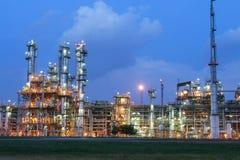 Struktura zakład petrochemiczny w wieczór scenie zdjęcia royalty free