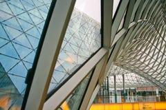 Strukturelle Glasfassade, die Dach des fantastischen Bürogebäudes kurvt stockfoto