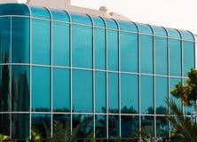 Strukturelle glasierende Fassade mit gerundeten Ecken des typischen modernen Gebäudes stockbilder