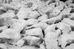 Strukturen av de vit snö klämde fast styckena arkivbilder