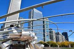 Strukturen av den Pritzker paviljongen på milleniet parkerar och stadsbyggnader, Chicago Royaltyfri Foto