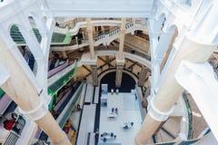 Strukturen för shoppingmitten välva sig golvtrappaelevatorer royaltyfri fotografi