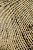 Strukturen i våt sand på en strand Royaltyfri Fotografi
