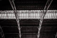 Strukturera st?lramen av det industriella taket f?r metall med takf?nster arkivfoton