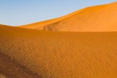Strukturerade dyn av den Namib öknen, blå himmel arkivfoton