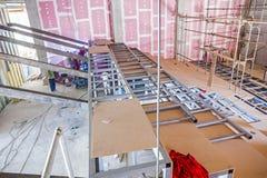 Strukturieren Sie Träger auf Metallskelett an der Innenbaustelle Stockfotografie