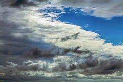 Strukturiert, Regenwolken im Himmel in der Tageszeit Lizenzfreies Stockfoto
