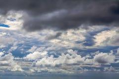 Strukturiert, Regenwolken im Himmel in der Tageszeit Lizenzfreies Stockbild