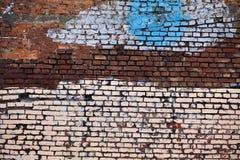 Strukturierte alte Wand des roten Backsteins mit weißer blauer Farbe Stockbilder