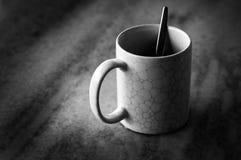 Strukturierte Kaffeetasse des Sprunges mit Löffel lizenzfreies stockbild
