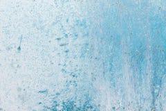Strukturierte Metalloberfläche färbte unvorsichtig blaue Farbe und verblaßte in der Sonne im blassen Grau mit rostigen Flecken Stockfotos