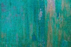 Strukturierte Metalloberfläche färbte unvorsichtig blaue Farbe und verblaßte in der Sonne im blassen Grau mit rostigen Flecken Stockfotografie