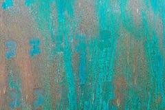 Strukturierte Metalloberfläche färbte unvorsichtig blaue Farbe und verblaßte in der Sonne im blassen Grau mit rostigen Flecken Lizenzfreie Stockfotos