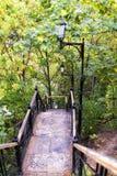 Strukturierte Stahltreppe mit Handläufen und Parklampe Lizenzfreie Stockfotografie