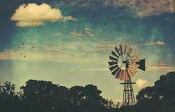 Strukturierte Windmühle des rustikalen ländlichen Schmutzes Lizenzfreies Stockbild