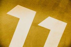 Strukturierte Zahlen einer gelben Wandabstraktion Lizenzfreie Stockfotos