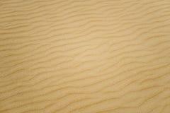 Strukturierter Hintergrund des weichen Sandes. Gelbe Farbe. Lizenzfreies Stockfoto