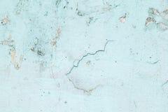 Strukturierter Hintergrund Gebrochene konkrete alte Wand Hellblaue Farbenflocken auf alter rauer Betondecke stockbild