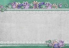 Strukturierter Hintergrund mit Grenze und handgemachten Blumen Lizenzfreie Stockfotos