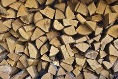 Strukturierter Hintergrund mit Stapel des Brennholzes Stockfoto