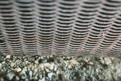 Strukturiertes geschnitztes Metallaltes Gitter mit einem Muster in Form von Wellen stockfoto