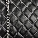 Strukturiertes Material des schwarzen Leders genäht mit Threads stockfotos