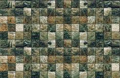 Strukturiertes Mosaik von quadratischen Elementen des Natursteins der dunklen Farbe für Badezimmer und Schwimmbäder stockbild