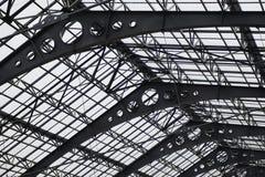 Strukturmetalldachbeschaffenheit Schließen Sie herauf Ansicht, die hohes Dach herein Gebäude moden Stockfoto
