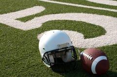 Strumentazione di football americano sul campo Immagini Stock Libere da Diritti